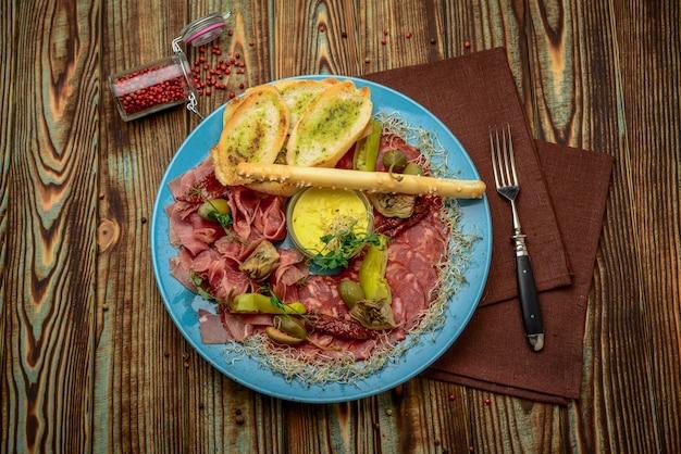 Salchicha ahumada carne volcado salchicha desigual pepperoni, comida sana y sabrosa.
