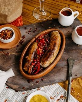 Salchicha georgiana en la mesa