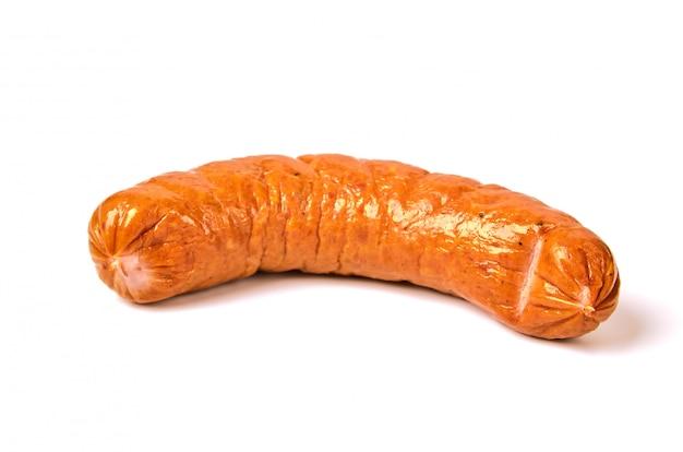 Salchicha hervida en una cáscara natural en un blanco. carne jugosa salchicha con brillo en una luz.