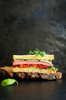 Salchicha sandwich, verduras, tamato, lechuga