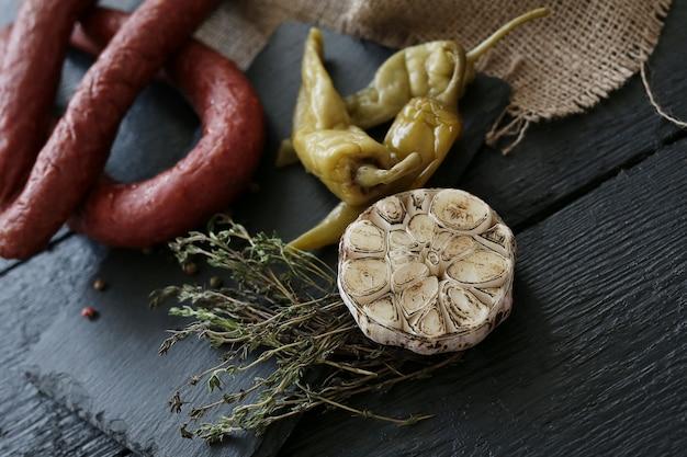 Salchichas asadas con ingredientes
