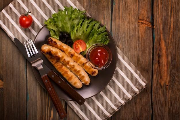 Salchichas asadas con verduras frescas.