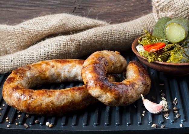 Salchichas caseras picantes salchichas de cerdo y ternera a la plancha con salsa