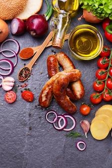 Salchichas de cerdo con especias y verduras