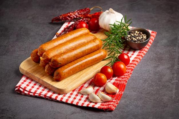 Salchichas fritas con especias y hierbas