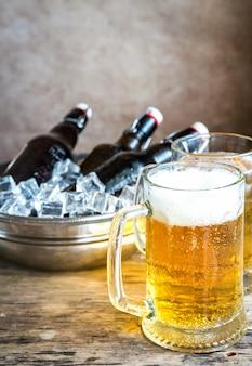 Salchichas a la parrilla y jarras de cerveza
