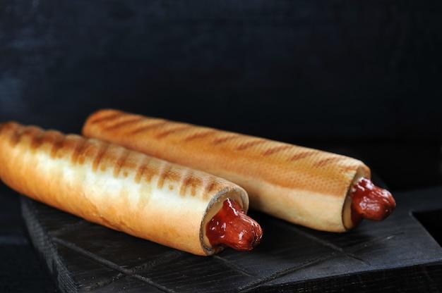 Salchichas de perro francés con salsa de tomate y mostaza