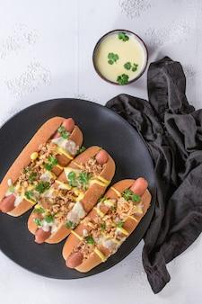 Salchichas con salsa de queso y mostaza