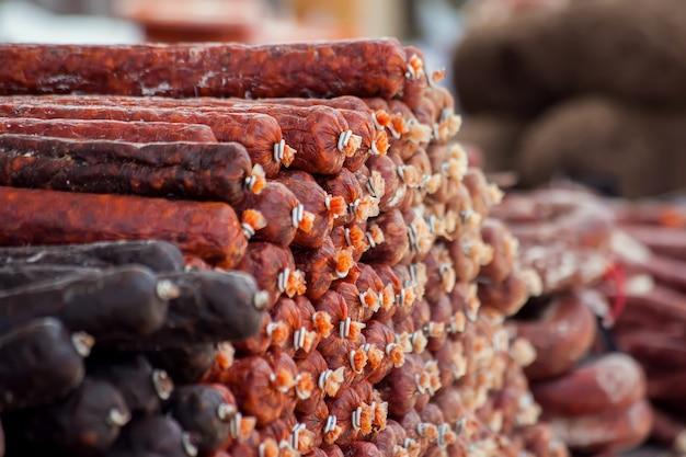 Salchichas tendido sobre la cáscara en el mercado al aire libre.