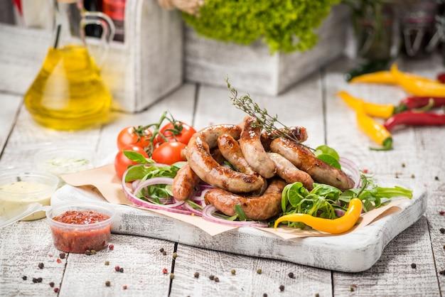 Salchichas y verduras a la plancha