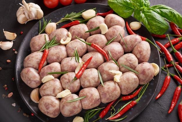 Salchichón tailandesa de isa. salchichas e-sarn, salchichas ácidas caseras con hierbas tailandesas, verduras (sai krawk e-san).