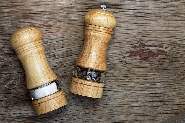 Saleros y pimenteros sobre una superficie de madera