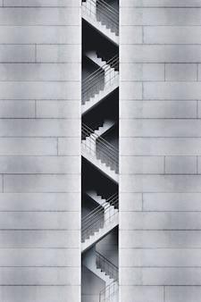 Salida de emergencia monocromática de un edificio.