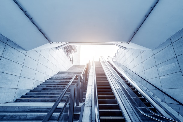 Salida de la estación de metro y escaleras mecánicas