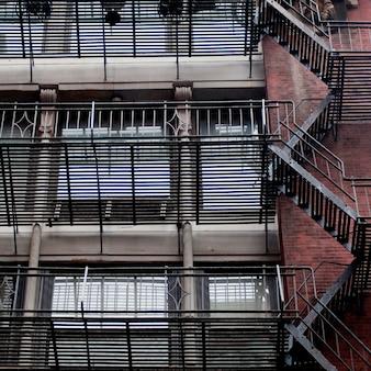 Salida de incendios exterior en la construcción en manhattan, nueva york, estados unidos