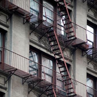 Salida de incendios en el exterior de un edificio en manhattan, nueva york, estados unidos
