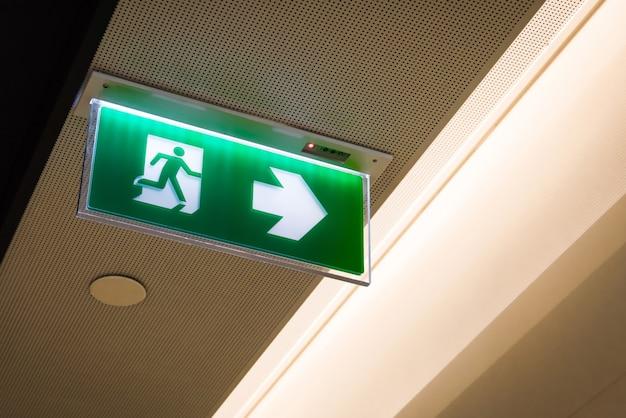 Salida de incendios, señal de salida de emergencia verde