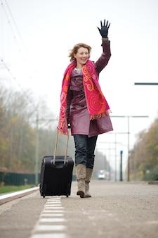 Salida mujer agitando adiós