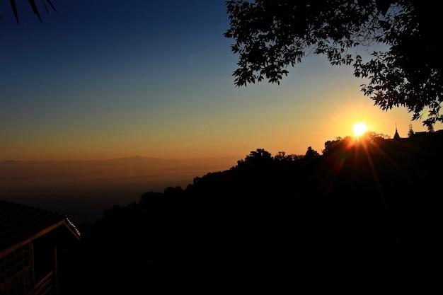 Salida del sol en alta montaña en doi suthep en chiang mai, tailandia. clave baja.