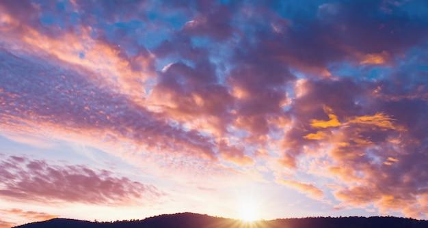 Salida del sol del cielo sobre la vista en la montaña