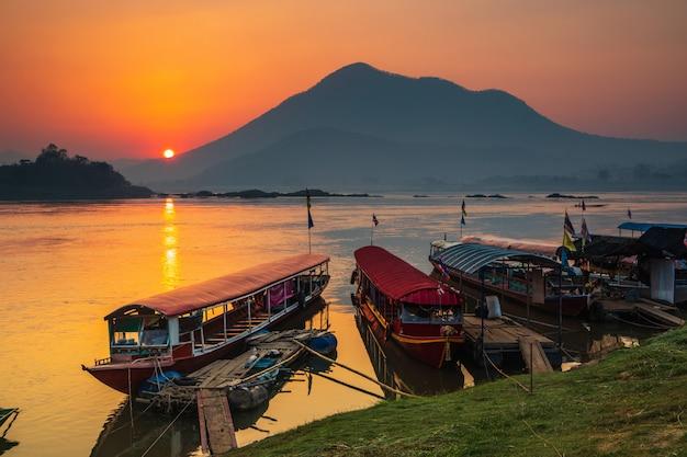 Salida del sol hermosa en el río mekong, la frontera de tailandia y laos, provincia de loei, tailandia.