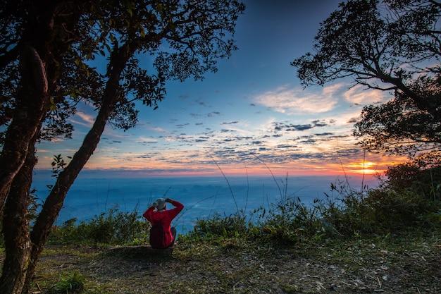 Salida del sol hermosa en el santuario de fauna de phu luang, provincia de loei, tailandia.