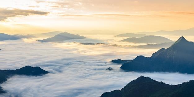 Salida del sol y mar de niebla, vista desde el parque forestal phucheefa