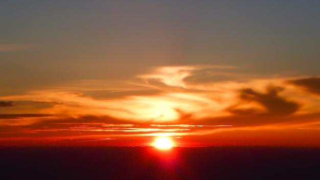 Salida del sol con nubes en la mañana, ver desde la cima del monte fuji. japon