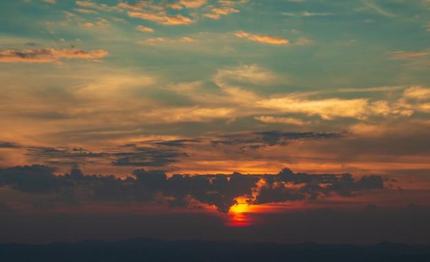 Salida del sol en el parque nacional doi samer dao sri nan tailandia