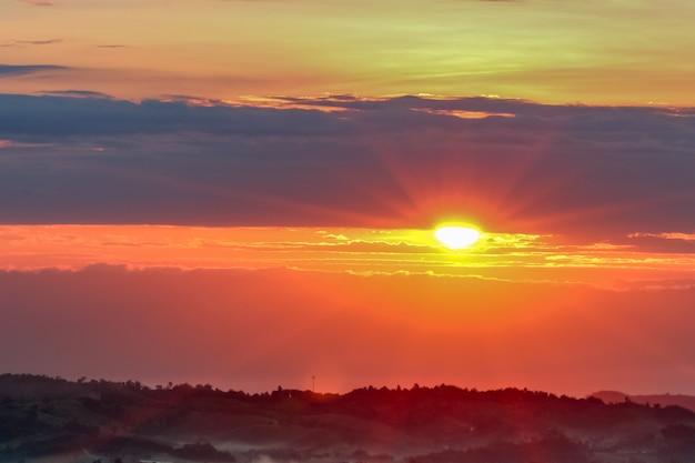 Salida del sol puesta de sol en el cielo