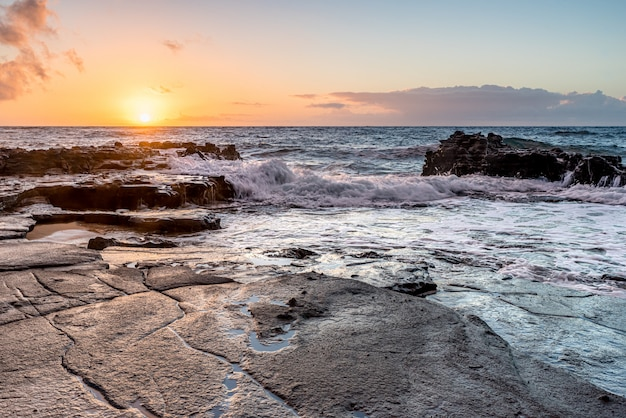 Salida del sol sobre el arrecife de coral en sandy beach park