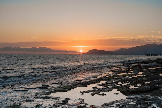 Salida del sol sobre el mar y el hermoso paisaje marino