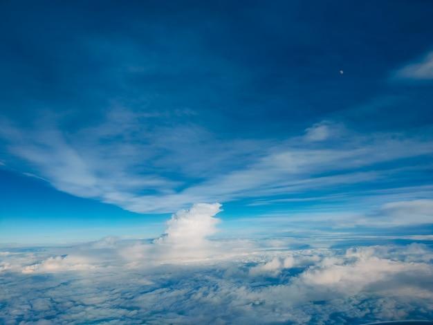 Salida del sol sobre las nubes desde la ventana del avión. cielo azul brillante superior horizontal vista copyspace. concepto de viaje vista del motor.