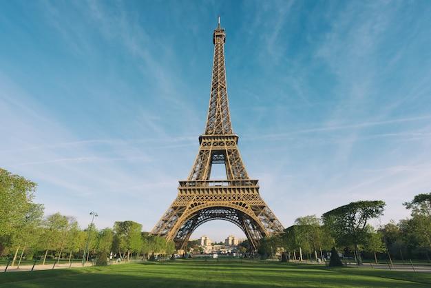 Salida del sol en la torre eiffel en parís, francia.