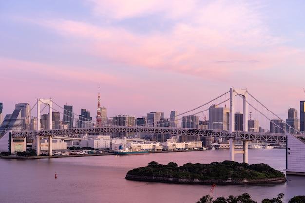 Salida del sol torre de tokio y puente del arco iris