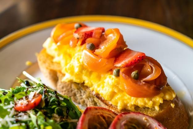 Salmón ahumado con crumble de huevo tostado