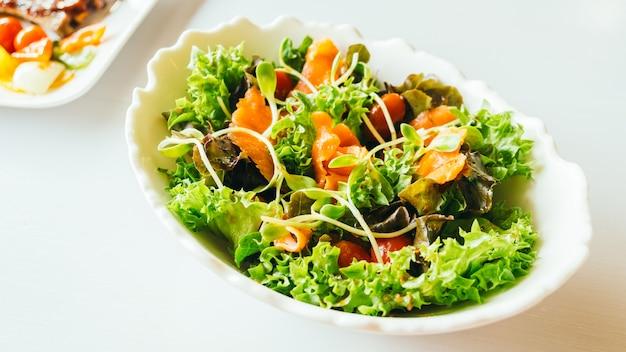Salmón ahumado con ensalada de verduras