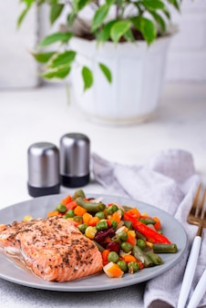 Salmón al horno con vegetales hervidos