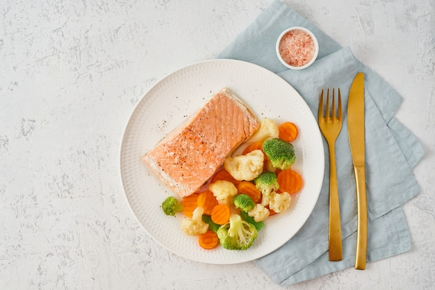 Salmón al vapor y verduras, paleo, ceto, fodmap, dieta dash. dieta mediterránea