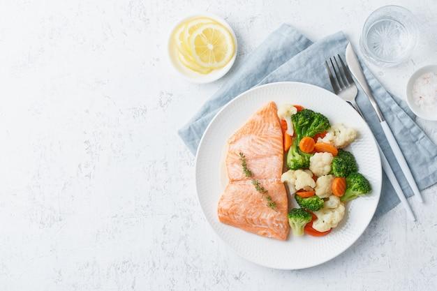 Salmón al vapor y verduras, paleo, ceto, fodmap, dieta dash.