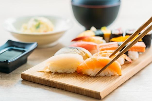 Salmón atún concha camarones y otras carnes sushi maki