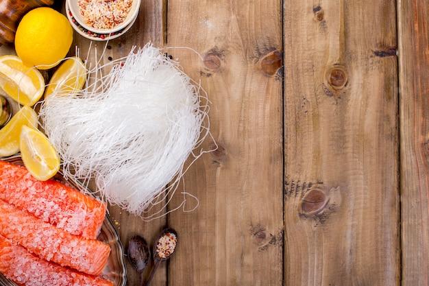 El salmón se corta y se espolvorea con sal y especias.