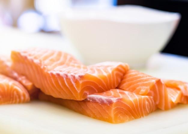 Salmón crudo fresco en un plato en el mercado de mariscos