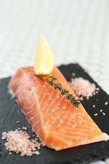 Salmón crudo con sal rosada y romero