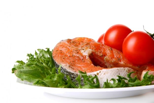 Salmón fresco adornado con ensalada