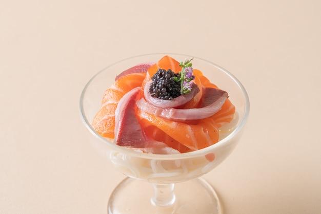 Salmón fresco crudo con ramen de fideos japoneses - estilo de comida japonesa