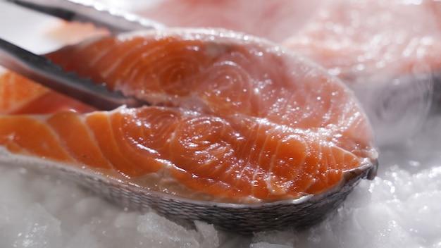 El salmón fresco se encuentra en el refrigerador.