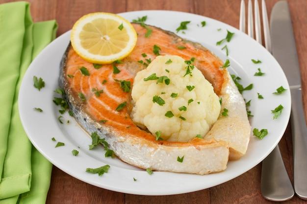 Salmón frito con limón y coliflor