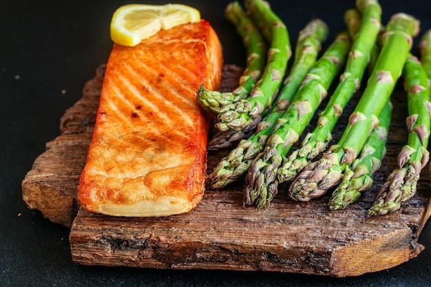 Salmón frito pescado barbacoa parrilla porción de mariscos comida fresca pescetarian