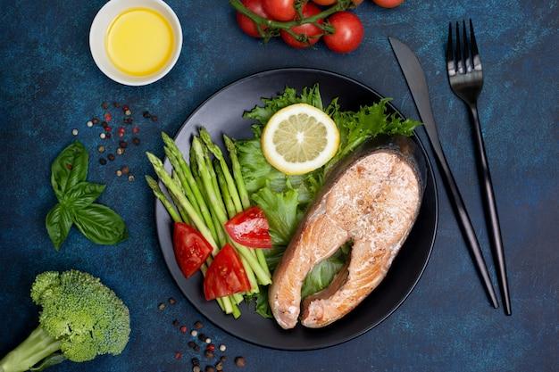 Salmón frito y verduras frescas